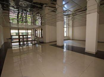 Просторный холл на первом этаже